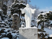 雪に覆われる御子像(c)摂理